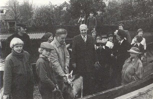 Schoolkinderen van basisschool It Kampke uit Terherne, eren H de Roos ( midden met hoed in de hand ) met een zilveren pen in 1980. De enige prijs die hij ooit kreeg voor zijn (13 miljoen!!) verkochte boeken... [ foto : Leeuwarder Courant ]